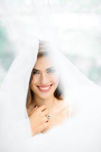 e36ee2d0740a Обязательным, по мнению многих девушек, и в то же время очень популярным  свадебным украшением для невесты является фата. Она может быть самой разной  длины: ...